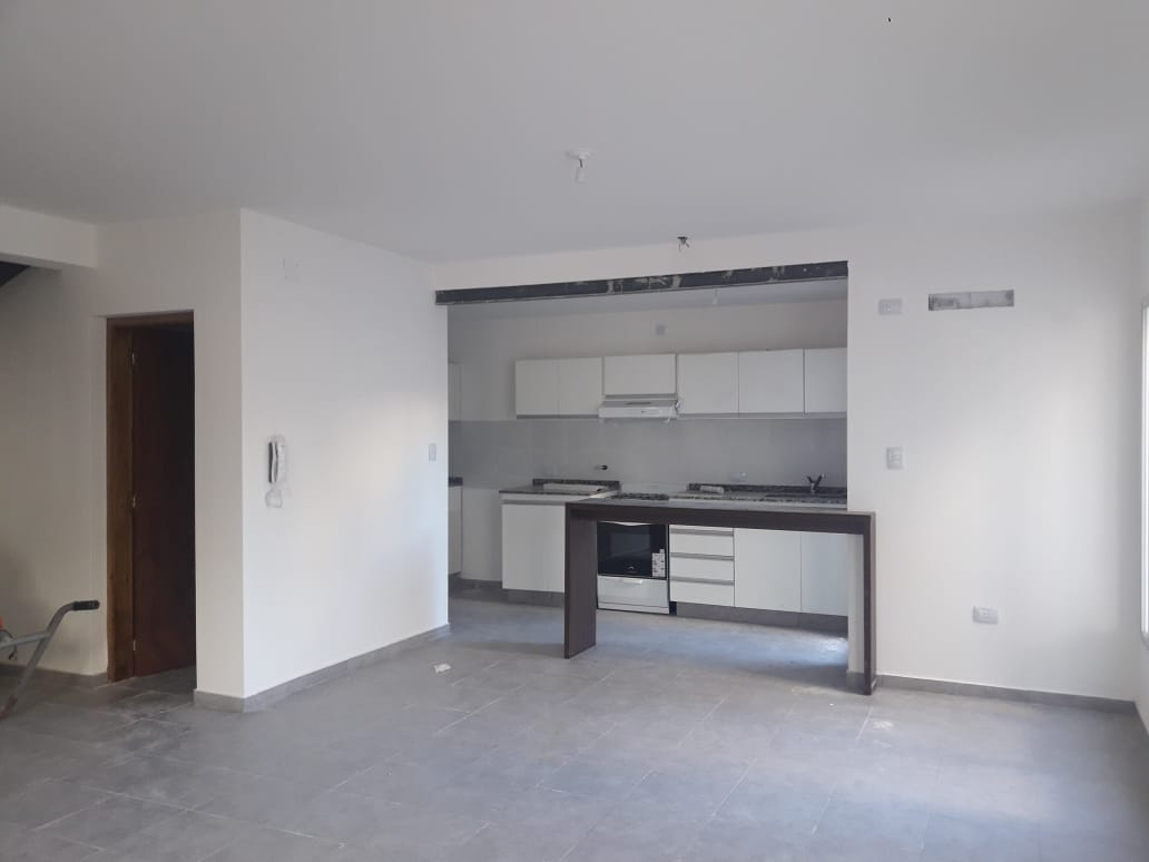 LAS FLORES – Duplex de 3 dormitorios c/patio, cochera y terraza en Rimini 150